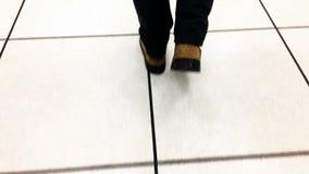 Piedi che camminano sul pavimento bianco video d archivio