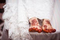 Piedi che indossano hennè Immagine Stock