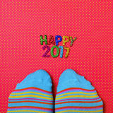 Piedi che indossano i calzini e testo 2017 felice Immagine Stock