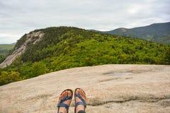 Piedi che trascurano punto di vista sopra la foresta sempreverde in legno di New Hampshire Fotografia Stock
