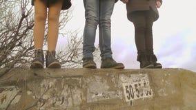 Piedi degli adolescenti Sull'orlo dell'abisso video d archivio