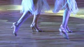Piedi dei ballerini su un pavimento di parquet archivi video