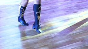 Piedi dei ballerini su un pavimento di parquet video d archivio