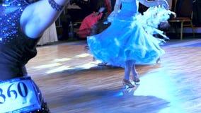Piedi dei ballerini su un pavimento di parquet stock footage