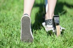 Piedi dei bambini che indossano le scarpe di gomma che spingono mentre guidando la bicicletta dell'equilibrio Fotografia Stock Libera da Diritti