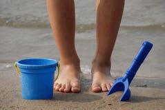 Piedi dei bambini con i giocattoli della spiaggia Fotografie Stock Libere da Diritti