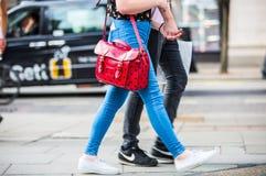 Piedi dei pedoni che camminano sull'attraversamento in via di Oxford, Londra Vita moderna, Londra Immagine Stock