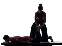 Piedi dei piedini di siluetta tailandese di massaggio Fotografia Stock