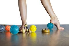 Piedi del ballerino di balletto con le palle per il massaggio del piede immagini stock