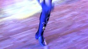 Piedi del ballerino su un pavimento di parquet video d archivio