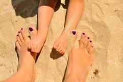 Piedi del bambino e della donna nella sabbia Immagini Stock Libere da Diritti
