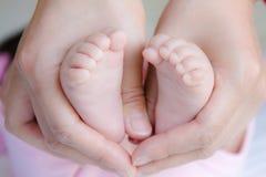 Piedi del bambino e mani 2 della mamma Immagini Stock Libere da Diritti