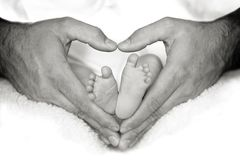 Piedi del bambino nel cuore Fotografia Stock Libera da Diritti