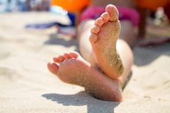 Piedi del bambino nella sabbia Fotografie Stock