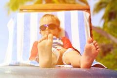 Piedi del bambino rilassati e che godono della spiaggia di estate Fotografia Stock