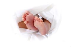 Piedi del bambino in tovagliolo Fotografie Stock Libere da Diritti