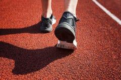 Piedi del corridore che corrono sul primo piano della pista sulla scarpa Immagini Stock Libere da Diritti