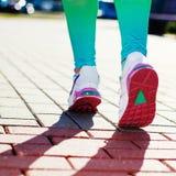 Piedi del corridore che corrono sul primo piano della strada in scarpa fotografia stock