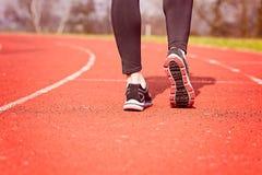 Piedi del corridore che corrono sullo stadio Fotografia Stock Libera da Diritti