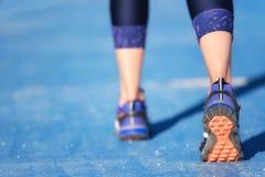 Piedi del corridore che eseguono primo piano sulla scarpa allenamento w di trotto di forma fisica della donna fotografie stock