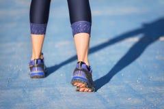 Piedi del corridore che eseguono primo piano sulla scarpa Concetto di welness di allenamento di trotto di forma fisica della donn fotografia stock libera da diritti