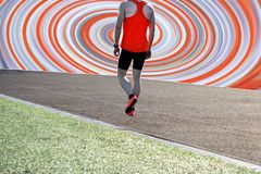 Piedi del corridore dell'atleta che corrono sul primo piano della pedana mobile sulla scarpa immagini stock libere da diritti