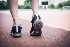 Piedi del corridore dell'atleta che corrono sulla pista della strada, concetto di benessere di allenamento di trotto di esercizio fotografie stock libere da diritti