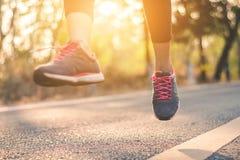 Piedi del corridore delle donne sulla strada nel benessere di allenamento Immagine Stock Libera da Diritti