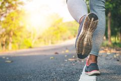 Piedi del corridore delle donne sulla strada nel benessere di allenamento Fotografie Stock Libere da Diritti
