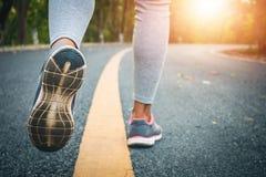 Piedi del corridore delle donne sulla strada nel benessere di allenamento Fotografia Stock