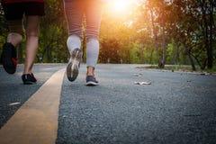 Piedi del corridore delle donne sulla strada nel benessere di allenamento Fotografia Stock Libera da Diritti