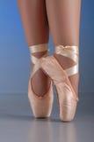 Piedi del danzatore di balletto sui pointes Immagine Stock Libera da Diritti