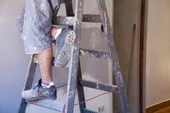 Piedi del pittore sulla scaletta Fotografia Stock