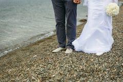 Piedi del primo piano dello sposo e della sposa fotografia stock libera da diritti