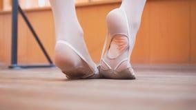 Piedi del ` s del ballerino di balletto, preparantesi nello studio Immagine Stock