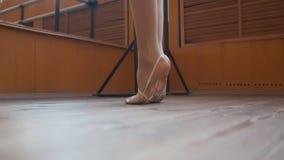 Piedi del ` s del ballerino di balletto in scarpe sceniche che si preparano nello studio Immagini Stock Libere da Diritti