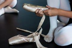 Piedi del ` s del ballerino di balletto Immagine Stock