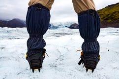 Piedi del ` s dell'alpinista con i ramponi sul ghiacciaio congelato, Vatnajokull Fotografia Stock