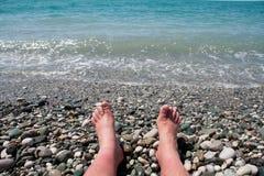 Piedi del ` s dell'uomo sulla spiaggia Fotografia Stock Libera da Diritti