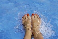Piedi del ` s della donna in una piscina sotto acqua Bei piedi con Fotografia Stock Libera da Diritti