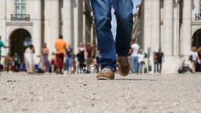 Piedi del turista maschio che camminano alla macchina fotografica, persona attiva che viaggia intorno al mondo video d archivio