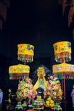 Piedi dell'altare che stanno Buddha in tempio buddista Immagine Stock Libera da Diritti