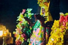 Piedi dell'altare che stanno Buddha in tempio buddista Immagine Stock