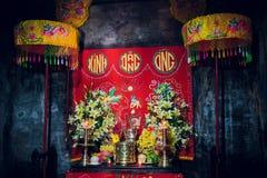 Piedi dell'altare che stanno Buddha in tempio buddista Fotografia Stock