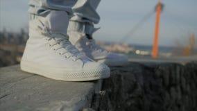 Piedi dell'uomo in scarpe bianche che ballano nella via stock footage