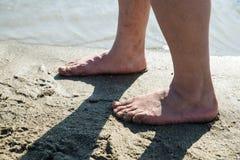 Piedi dell'uomo sulla spiaggia Immagine Stock Libera da Diritti