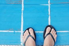 Piedi della donna che stanno sull'orlo dello stagno Vacanza di estate Concetto di festa fotografie stock