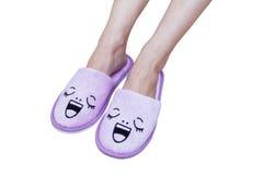 Piedi della donna con le pantofole di sorriso e la vista alta felice e vicina, su briciolo Immagine Stock Libera da Diritti