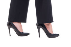 Piedi della donna di affari che indossano le scarpe di cuoio nere con i tacchi alti Fotografia Stock Libera da Diritti