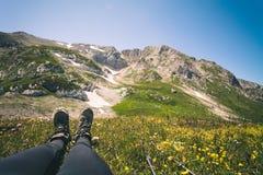 Piedi della donna di stivali di trekking che si rilassano viaggio all'aperto Fotografie Stock Libere da Diritti